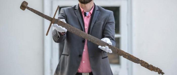 中世纪长剑被发现隐藏在波兰沼泽地中