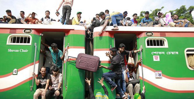 实拍孟加拉穆斯林返乡盛况 船上车上挂的都是人