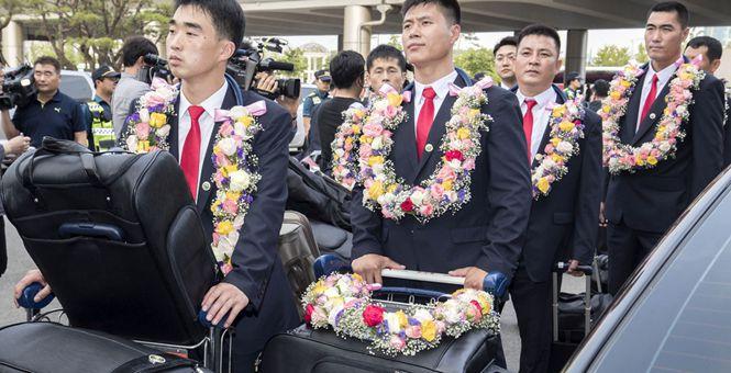 朝鲜跆拳道示范团抵达首尔 获赠花环受热情欢迎