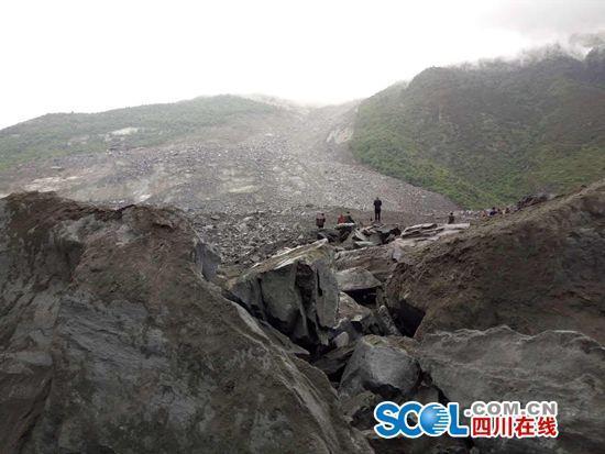四川茂县叠溪镇发生山体垮塌 河道被堵100余人被埋