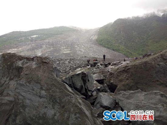 四川茂县叠溪镇新磨村发生山体高位垮塌 40余户村民被埋