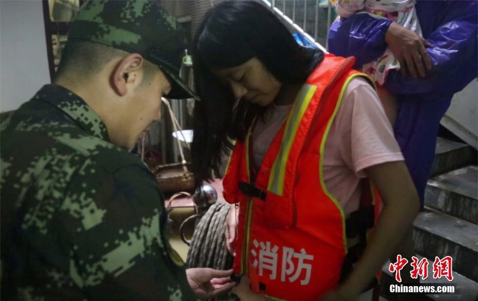 湖北崇阳多处居民楼被淹 消防兵展开救援
