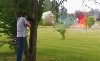 男子用M16步枪打爆冰箱 险被炸飞冰箱门夺命