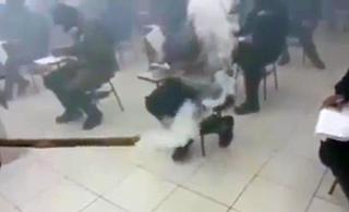 巴西特警在催泪瓦斯弥漫屋子里考试