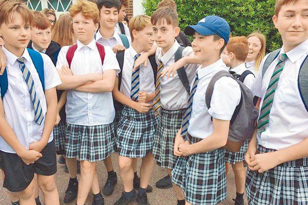 英国一中学不准穿短裤 50名男生改穿女裙上学