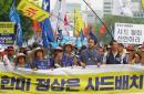 """韩国民众在美驻韩使馆附近示威抗议部署""""萨德"""""""