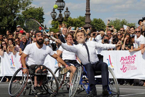 马克龙为巴黎申奥造势 坐轮椅上打网球