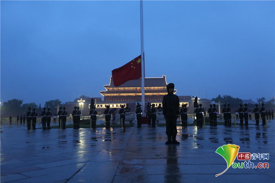 国旗护卫队暴雨升旗 风雨坚守