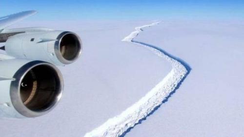 外媒:南极冰架裂缝加大 可能形成最大的冰山