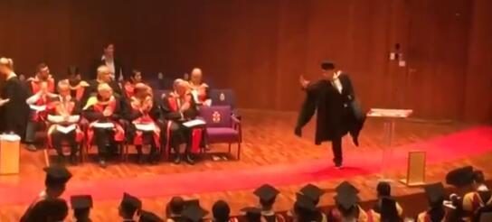 中国留学生毕业典礼侧空翻领毕业证 网友:功夫了得