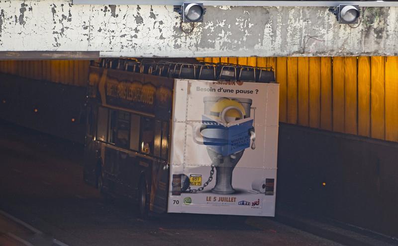 巴黎大巴撞上隧洞顶部 中国游客等4人受伤