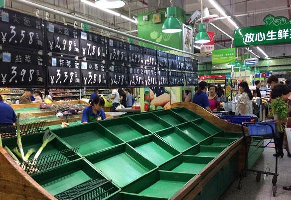 浙江兰溪民众采购物资度汛 超市货柜被采购一空