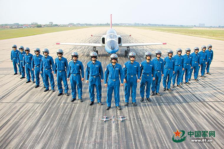 """中国空军首批""""双学籍""""飞行学员已走上战位"""