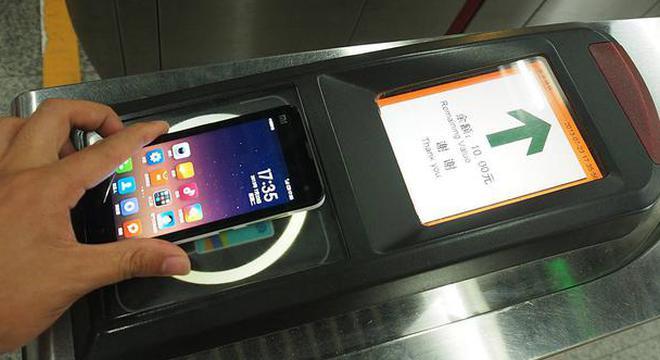 """北京地铁今起试点""""刷手机""""进站 苹果手机除外"""
