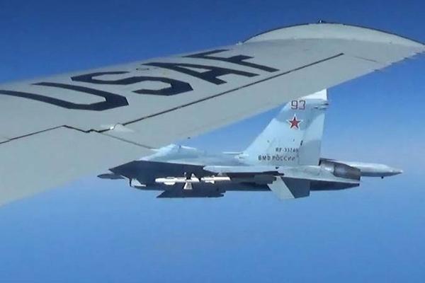 美军公布侦察机遭俄罗斯战机拦截照片  最近距离不足2米