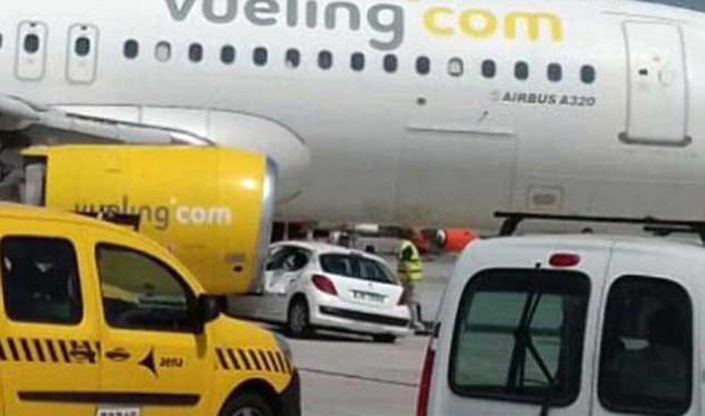 西班牙一客机起飞前撞上汽车致乘客紧急疏散