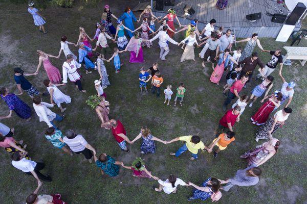 俄罗斯新西伯利亚居民庆祝伊万·库帕拉节