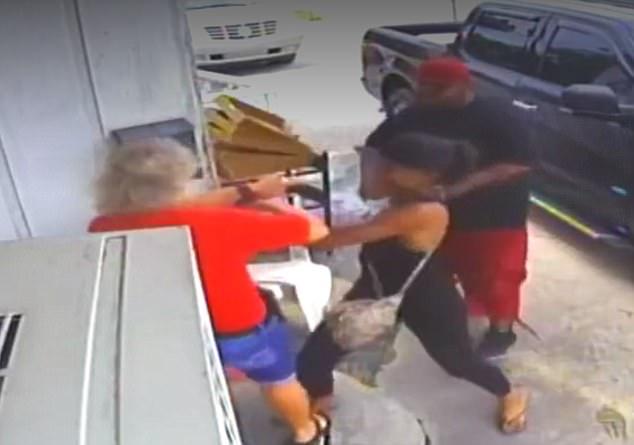 美夫妻因不满饭菜殴打餐馆老板遭警方追捕