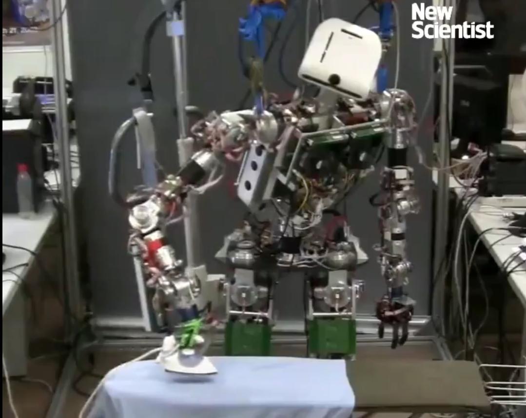 科技雷不撕:又多一项技能 机器人学会熨衣服