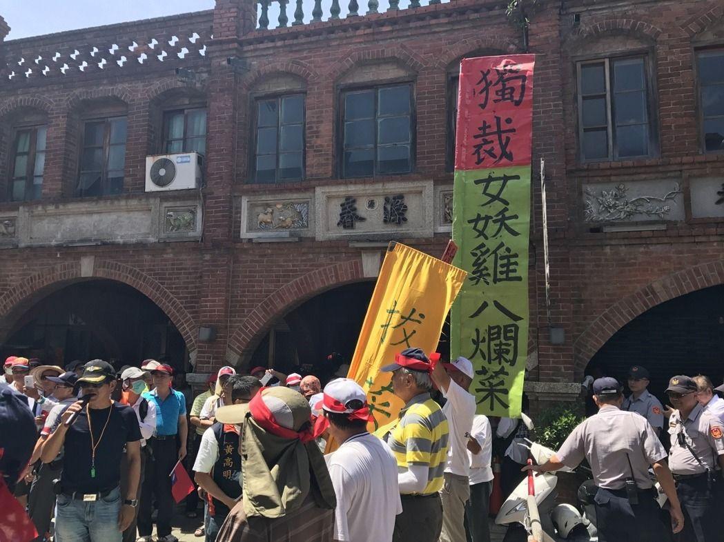 反年改群众冲破路障与警方爆发冲突 蔡英文行程取消