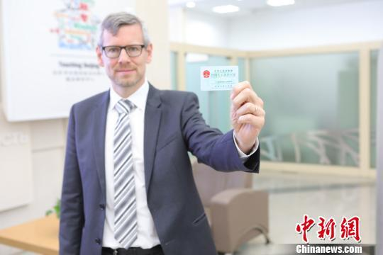 北京发放首张外国人来华工作许可证