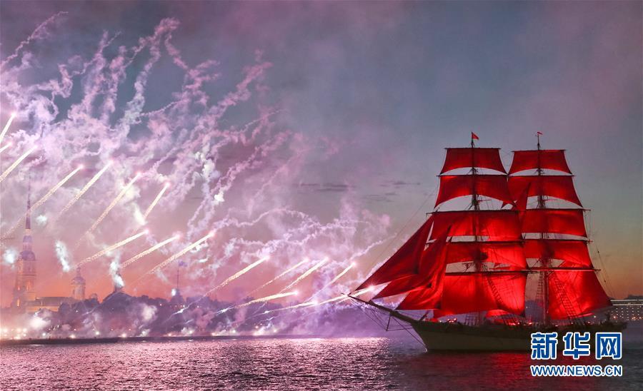 """圣彼得堡举行""""红帆节""""  欢庆中学生毕业"""