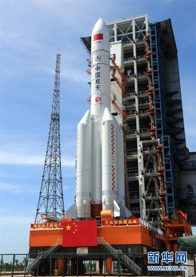 长征五号遥二火箭完成垂直转运 将择机发射