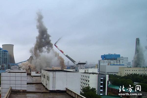震撼!无人机航拍陈塘庄热电厂水塔爆破拆除