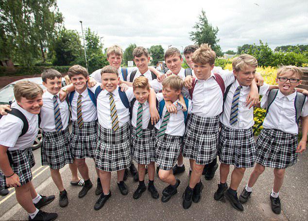 英国小学男生集体穿短裙 抗议无短裤校规