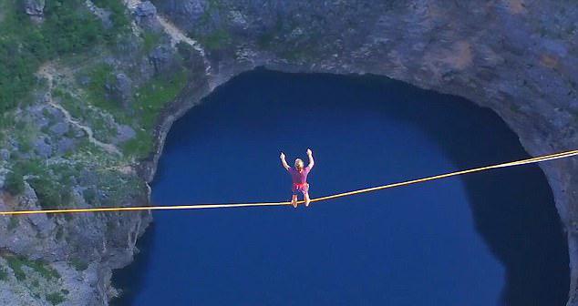 惊险!航拍奥地利超胆侠250米高空走扁带