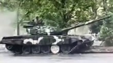 坦克市区飙车漂移撞大树 车速太快老司机也翻车