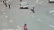 贵州一2岁男童路口险被汽车撞上 交警飞身相救