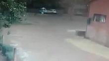 实拍国外一女子被雷电击中 一团火光后倒地