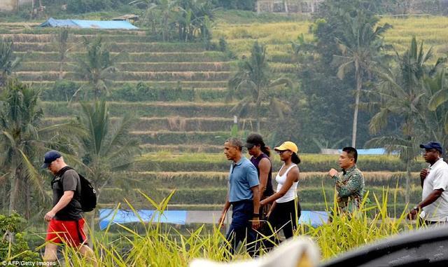 奥巴马与家人重游巴厘岛 喝椰汁玩漂流漫步梯田