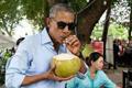 奥巴马喝椰汁玩漂流漫步梯田