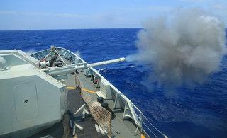 中国海军舰队在南海猛烈开火