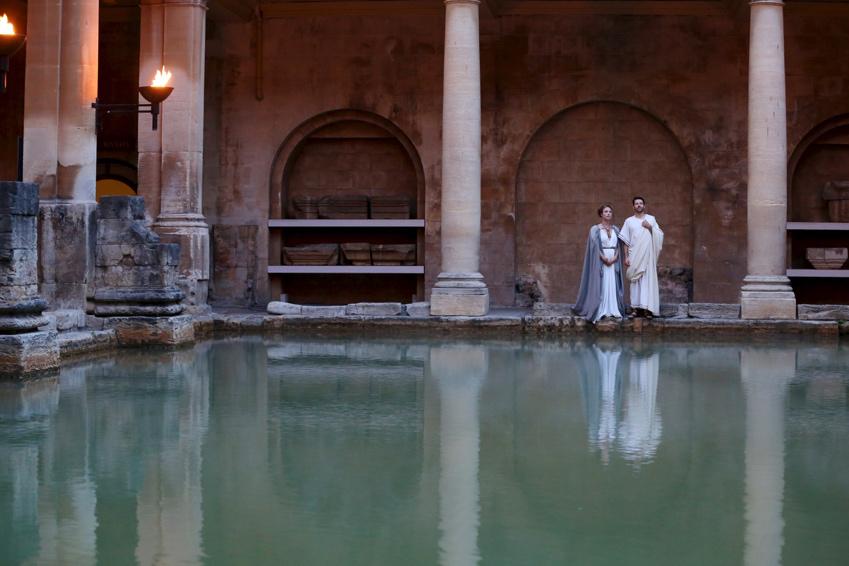 探索火炬之光下美丽的罗马浴场