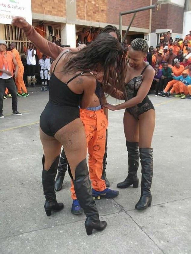 南非一监狱囚犯观赏脱衣秀引网友愤怒