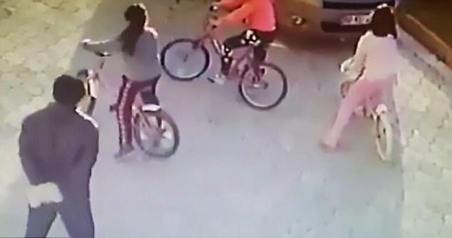 惊悚时刻!土耳其男子用石板猛击9岁女孩头部