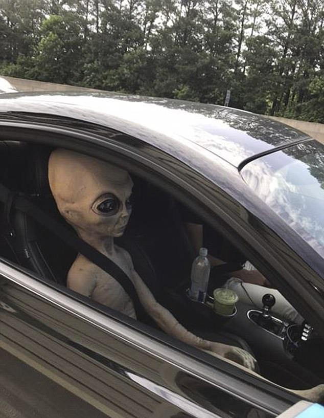 """美司机高速路上超速行驶 身旁竟还坐着""""外星人"""""""
