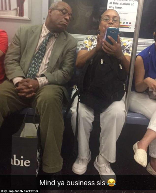 """纽约一地铁乘客""""竭尽全力""""窥探邻座人手机内容"""