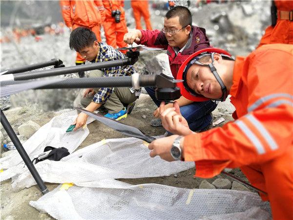 直击茂县山体垮塌救援:巨型无人机入场 开始地毯式搜索