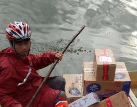 京东小哥划船送快递 无人机和无人车到底还是不好用!