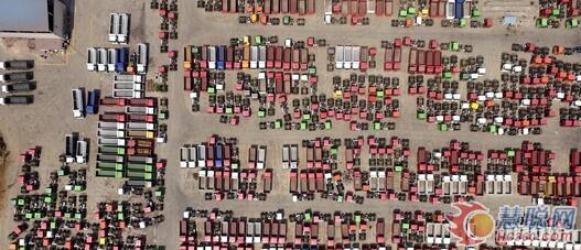 航拍!大国重器!中国重汽500辆重卡发往海外