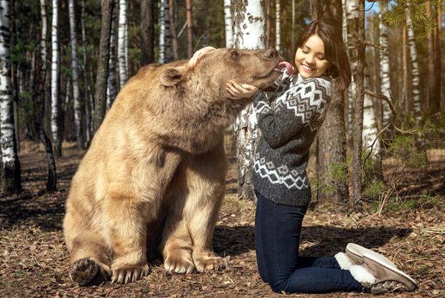 """俄美女与巨熊亲密""""约会""""享受甜蜜时光"""