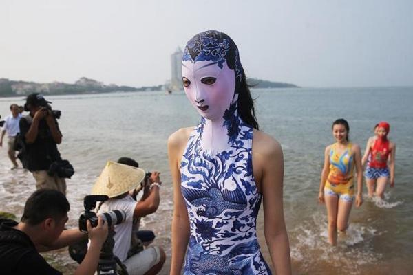 第七代脸基尼亮相 带有刺绣泳帽和青花瓷图案