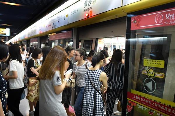 广州地铁一号线今起试点设女性车厢