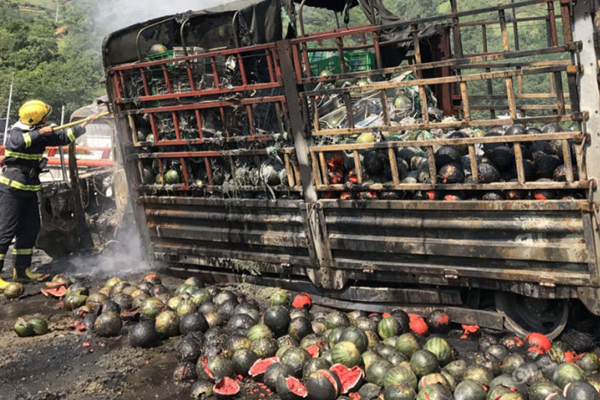 货车起火 7吨西瓜烧焦成碳球