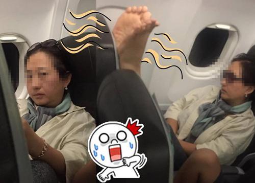 港媒:香港女机舱内被韩国大妈拍醒 你换个座我晾脚