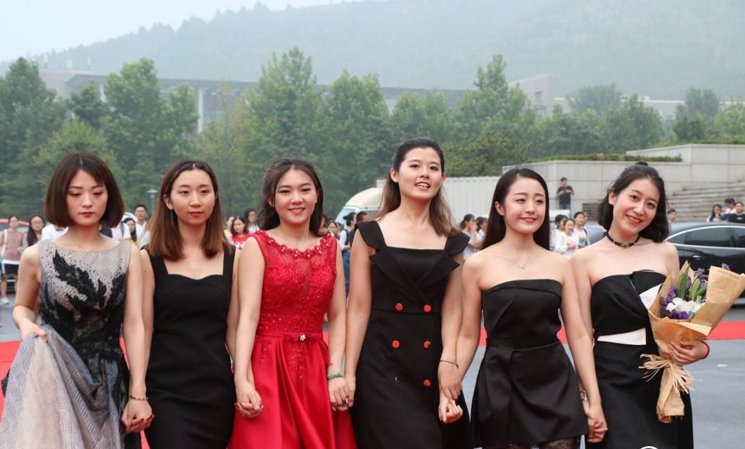 大学毕业生盛装走红毯 颜值给力